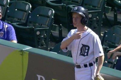 Detroit Tigers ball boy has major fail in fielding fair ball vs. Cleveland Indians
