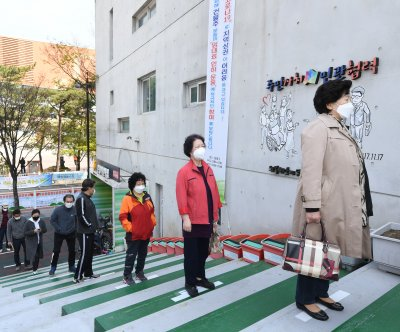 Early voting turnout reaches record high in South Korea