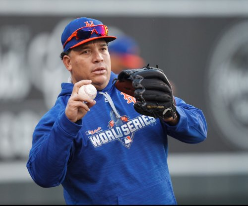 New York Mets' Bartolo Colon leaves after one batter with bruised thumb