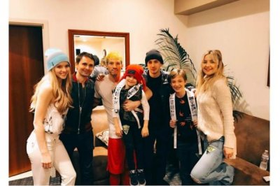 Kate Hudson brings sons to meet Twenty One Pilots