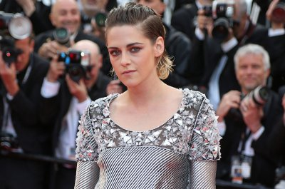 Kristen Stewart goes barefoot on Cannes red carpet