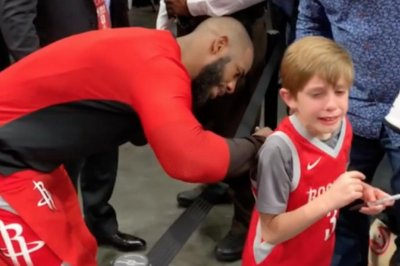 Rockets' Chris Paul brings boy to tears with court-side meeting