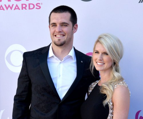 Oakland Raiders: QB Derek Carr signs five-year deal reportedly worth $125M