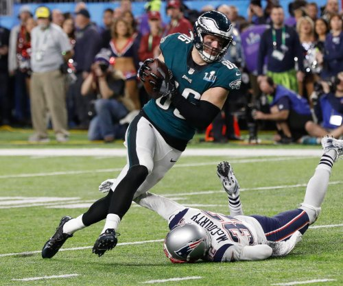 Eagles' Zach Ertz, Chris Long blast FOX News for misleading photos
