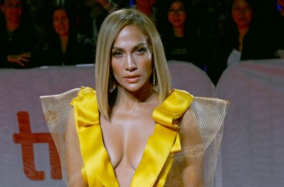 Jennifer Lopez performs famous music video dances on 'Tonight Show'