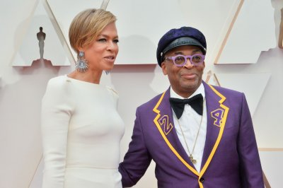 Spike Lee honors Kobe Bryant with Oscars tuxedo