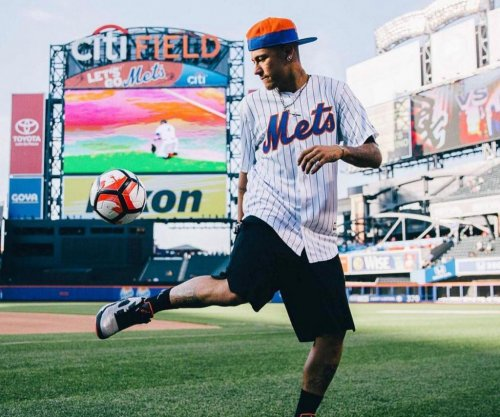 Neymar Jr. swings stick, juggles baseball for New York Mets