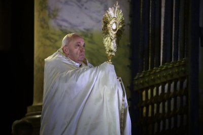 Pope gives special prayer for COVID-19 victims, healthcare workers