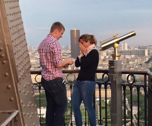 Woman took proposal photos at the Eiffel Tower, now searching Internet for mystery couple
