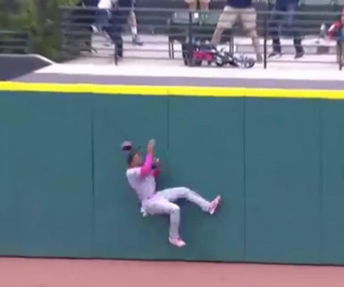 Minnesota Twins' OF makes catch slamming into wall