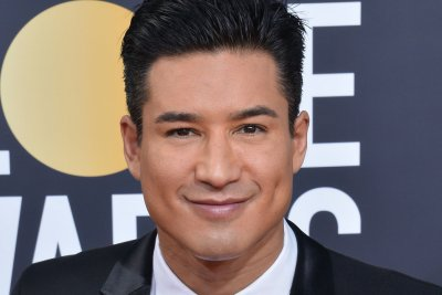 'Saved by the Bell' alums Mario Lopez, Tiffani Thiessen reunite