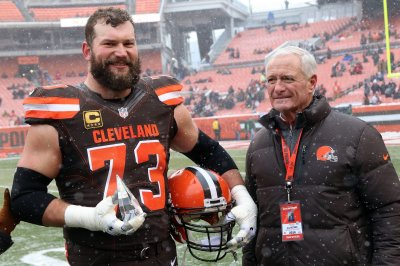 Cleveland Browns: Joe Thomas gives Brock Osweiler vote to start