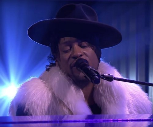 D'Angelo performs emotional tribute to Prince on 'Tonight'