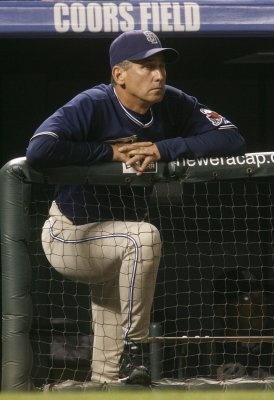 Padres extend manager's contract