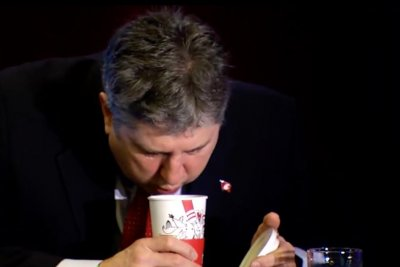 Mike Leach: Washington State football coach delights Twitter with coffee cooling video