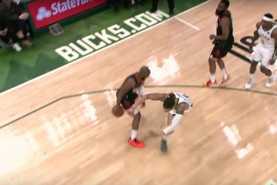 Chris Paul deletes defender with quick crossover dribble
