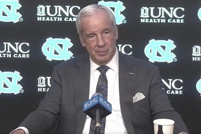 UNC basketball coach Roy Williams ties Dean Smith on wins list