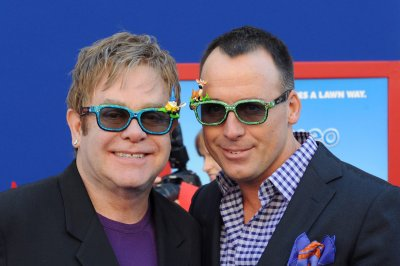 Elton John supports Bruce Jenner in anticipated gender transition
