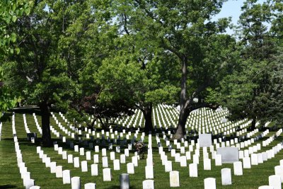 Arlington National Cemetery closes after bomb threat