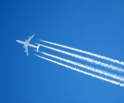 Small changes in altitude could reduce airplane contrails