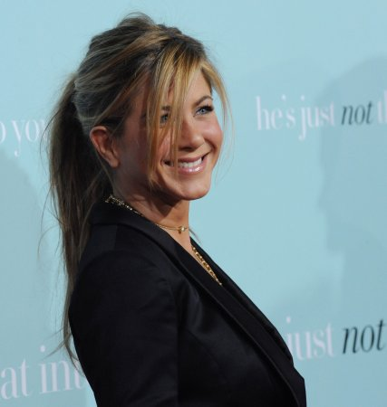 Mayer to escort Aniston to the Oscars