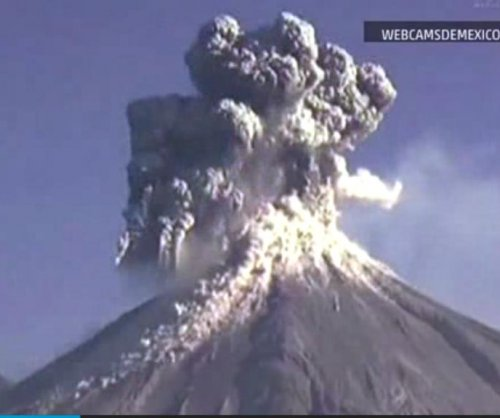 Webcam captures Mexican volcano eruption