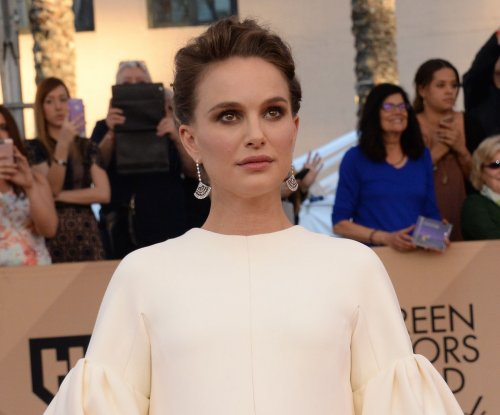 Pregnant Natalie Portman dazzles in white at SAG Awards