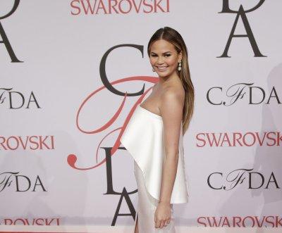 Chrissy Teigen's dress splits at CFDA Awards