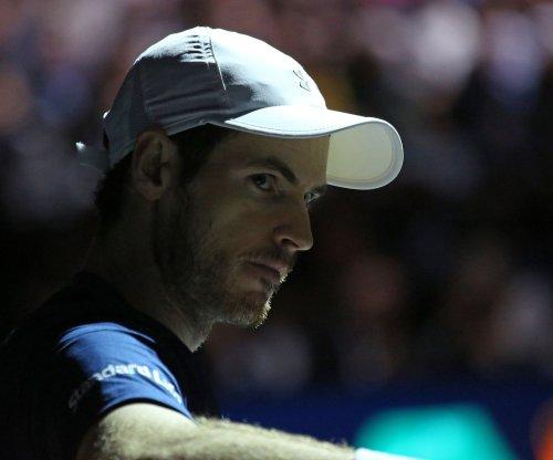 Andy Murray rolls ankle, advances in Australian Open