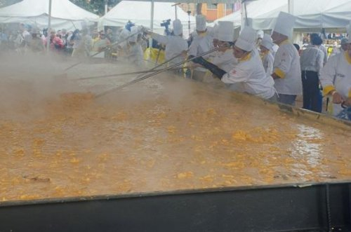 World's largest serving of scrambled eggs cooked up in Colombia