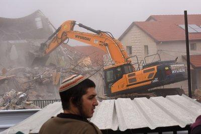 9 Jewish homes at Ofra settlement demolished after protesters removed