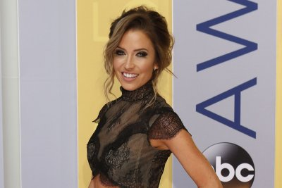 'Bachelorette' alum Kaitlyn Bristowe tries on wedding dresses