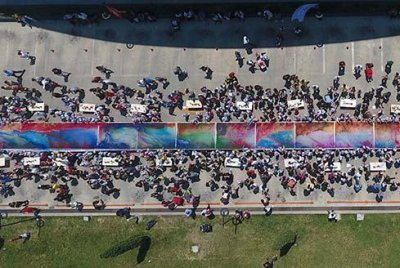 400 Turkish pre-schoolers create world's largest marbling painting