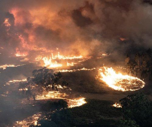 Thousands trapped on beach as Australian bushfires rage