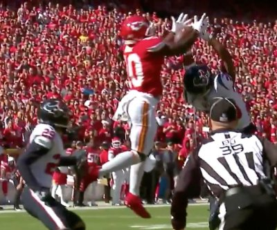 Chiefs' Tyreek Hill makes acrobatic TD catch in return vs. Texans