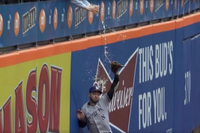 Fan pours beer on Brewers' Ryan Braun during failed catch attempt