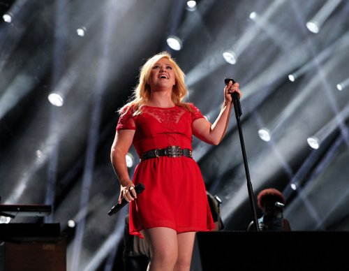 Kelly Clarkson does powerful rendition of Sam Smith's 'Stay With Me'