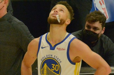 Stephen Curry sets NBA 3-point record, leads Warriors past Kings