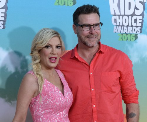 Dean McDermott proposes to Tori Spelling in Paris