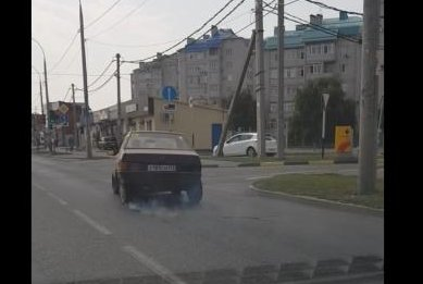 Driver ignores non-functional tire, drives down road at odd angle