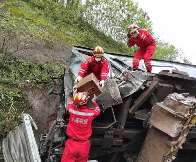 Train in China derails, killing one, authorities say
