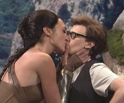 Gal Gadot, Kate McKinnon kiss in 'SNL' skit