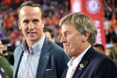 Peyton Manning belts out country song with Thomas Rhett