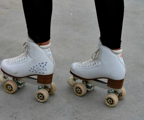 Girl sets Guinness record for blindfolded skating in India