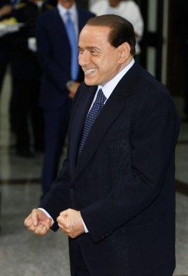 Berlusconi wins vote, but will resign