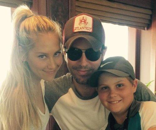 Anna Kournikova cozies up to Enrique Iglesias in rare photo