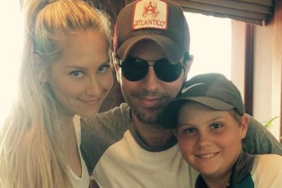 Anna Kournikova cozies up to Enrique Iglesias in rare photo