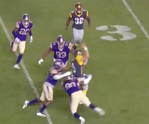 AAF quarterback completes bizarre no-look pass