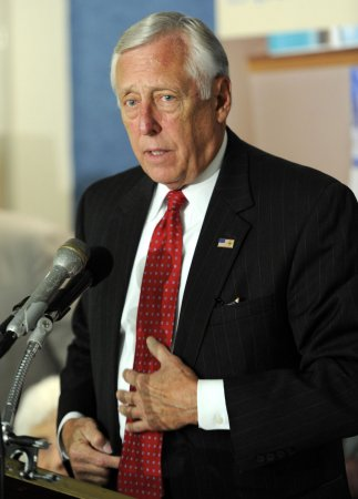 Hoyer defends federal employees' pay