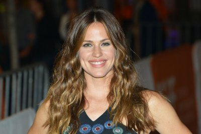 Jennifer Garner all smiles at 'Wakefield' world premiere